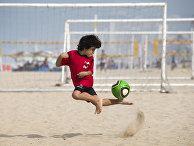 Мальчик тренируется на пляже в Рио-де-Жанейро