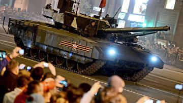 Танк Т-14 на гусеничной платформе «Армата» во время репетиции военного парада в Москве