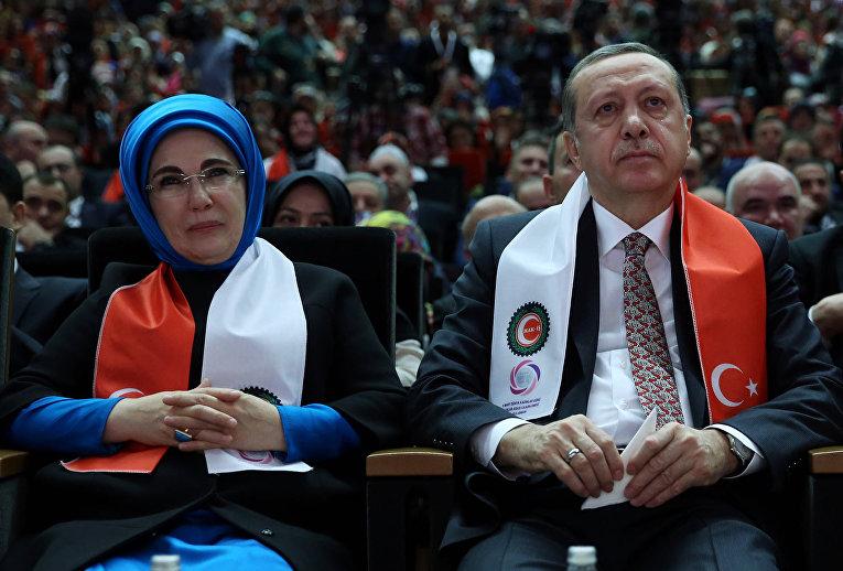 Реджип Тайип Эрдоган с супругой Эмине на встрече женщин-членов профсоюзов в Анкаре