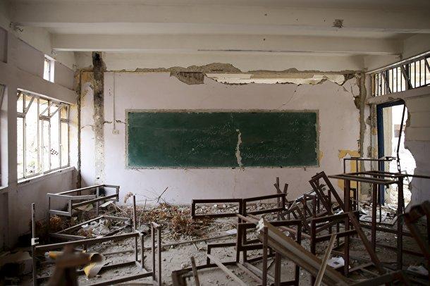 Разрушенный класс в одной из школ в пригороде Дамаска