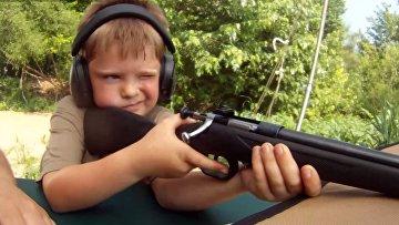 Ребенок стреляет из Cricket Mt First Rifle