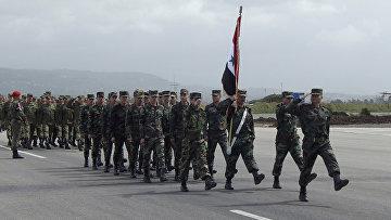 Солдаты сирийской армии маршируют на церемонии прощания с российскими военными на базе Хмеймим в Сирии