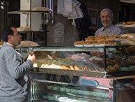 Торговля выпечкой на одной из улиц Дамаска