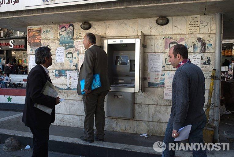 Жители Дамаска у банкомата