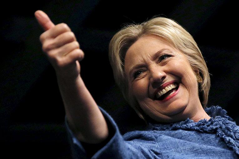 Кандидат в президенты США от демократов Хиллари Клинтон делает знак своим сторонниками во Флориде