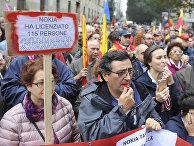 Демонстрация против безработицы в Милане, надпись на плакате: «Нокиа уволила 11 сотрудников»