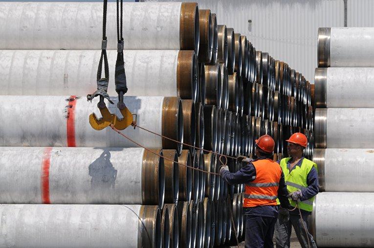 """Перед укладкой на дно Черного моря трубы для Морского газопровода """"Южный поток"""" складируются в портах Бургас и Варна, Болгария"""