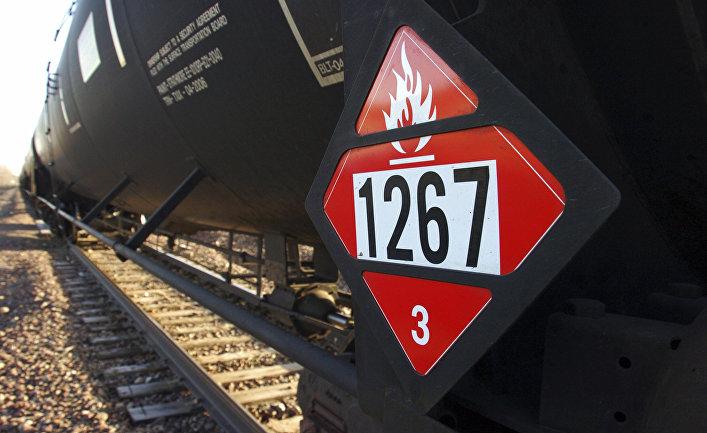 Товарный поезд, перевозящий нефтепродукты