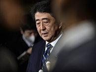 Премьер-министр Японии Синдзо Абэ выступает перед журналистами с осуждением терактов в Бельгии