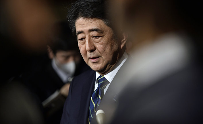 Премьер-министр Японии Синдзо Абэ общается с репортерами по поводу терактов в Бельгии