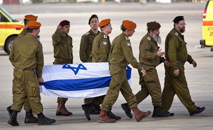Офицеры израильской армии несут гроб с убитым в Стамбульском теракте соотечественником