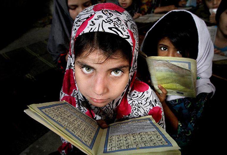 Девочки читают Коран в медресе в Карачи