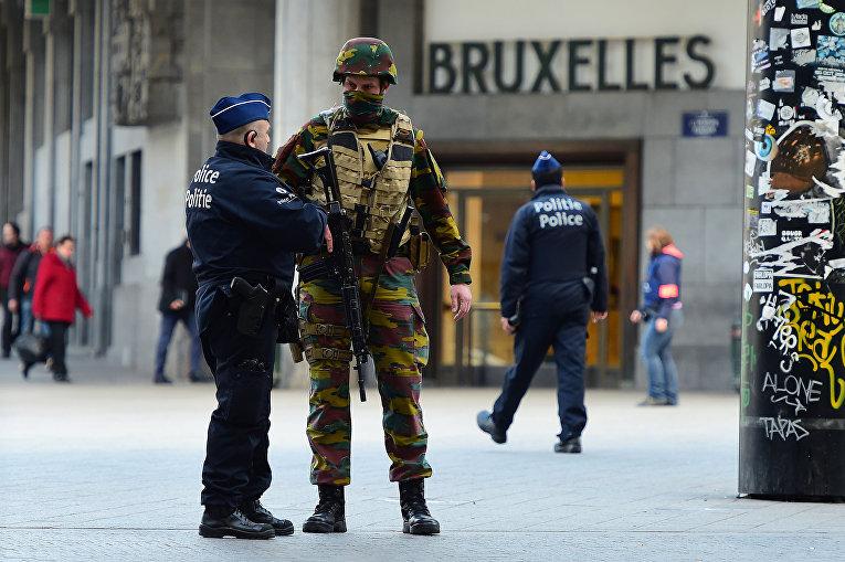 Солдат бельгийской армии и сотрудники полиции в Брюсселе