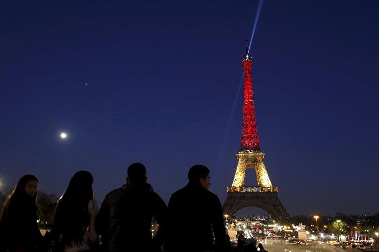 Эйфелева башня окрашенная в цвета бельгийского флага в память о жертвах терактов