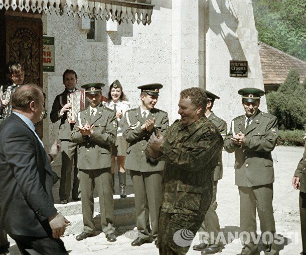 Зюганов и Жириновский танцуют у гостиницы