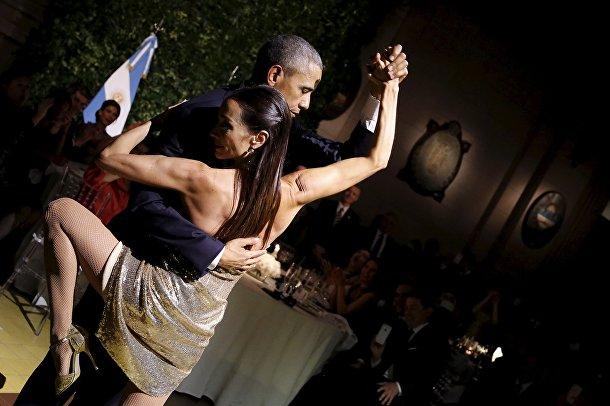 Президент США Барак Обама танцует танго во время торжественного ужина на приеме у президента Аргентины Маурисио Макри