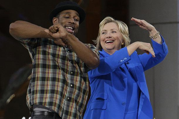 Кандидат в президенты США Хиллари Клинтон танцует во время перерыва в съемке Шоу Эллен Дедженерес