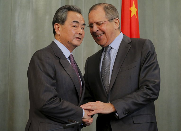 Глава МИД КНР Ван И (слева) и министр иностранных дел РФ Сергей Лавров во время встречи в Москве
