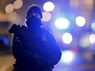 Сотрудник бельгийской полиции во время полицейской операции в городе Схарбек