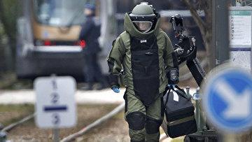 Сотрудник спецслужб Бельгии во время спецоперации в Скарбеке. 25 марта 2016