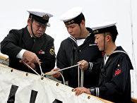 Японские моряки во время швартовки эсминца «Хамагири» Морских сил самообороны Японии в бухте Золотой Рог