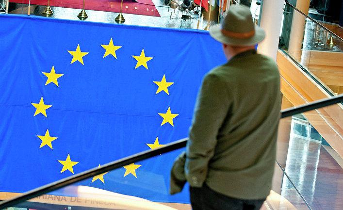 Мужчина смотрит на флаг Евросоюза