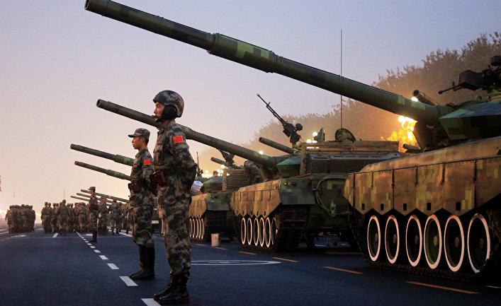 Солдаты Народно-освободительной армии Китая готовятся к параду на площади Тяньаньмэнь в честь Дня образования КНР