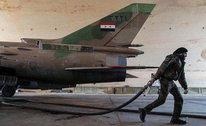 Военнослужащий сирийской армии готовит к вылету самолет СУ-22 на базе Военно-воздушных сил Сирии в провинции Хомс