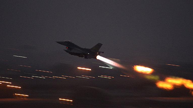 F-16 Fighting Falcon взлетает с  базы ВВС Инджирлик
