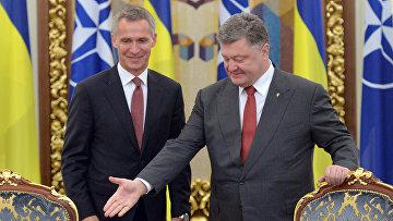 Президент Украины Петр Порошенко и генеральный секретарь НАТО Йенс Столтенберг на заседании Совета национальной безопасности и обороны в Киеве