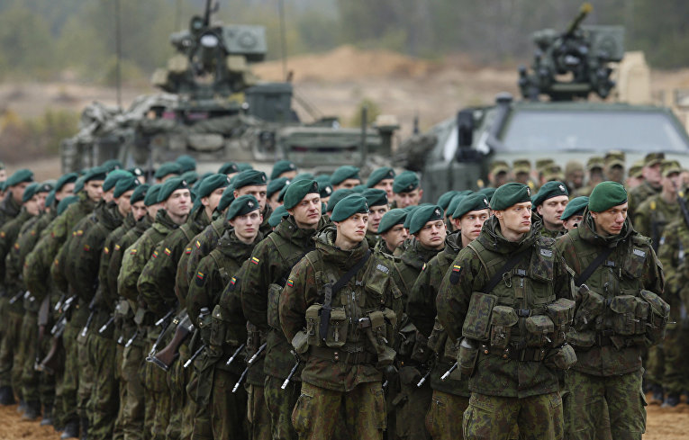 Литовские солдаты во время учений НАТО Iron Sword 2014 поблизости от Вильнюса