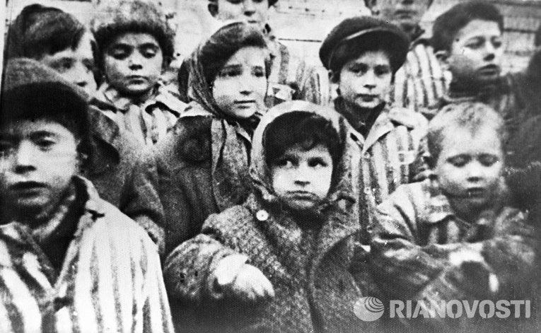 Дети, освобожденные из лагеря «Освенцим»