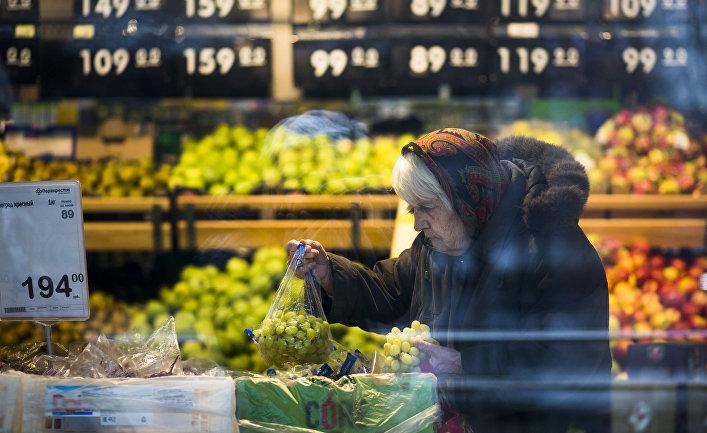Пожилая женщина делает покупки в одном из магазинов в центре Москвы