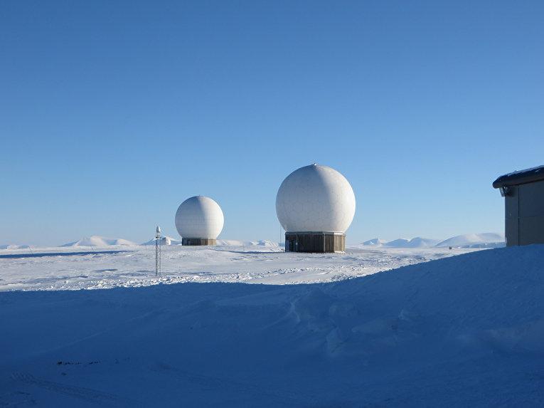 Станции спутниковой связи в горах на архипелаге Шпицберген