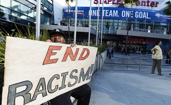 Акция протеста против владельца «Лос-Анджелес Клипперс» Дональда Стерлинга