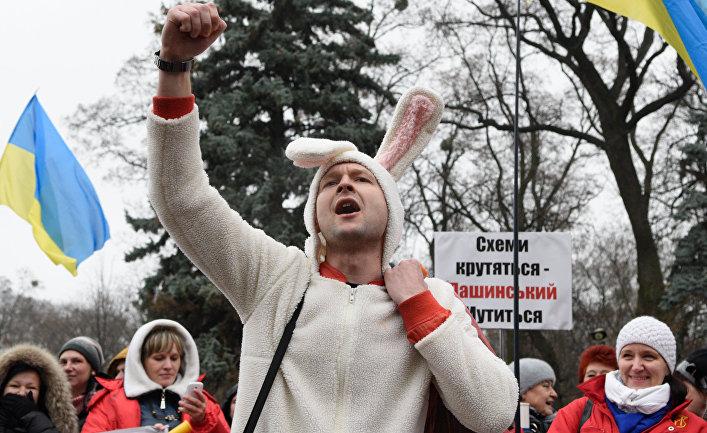 Участник акции протеста с требованием отставки правительства Украины перед зданием Верховной Рады в Киеве
