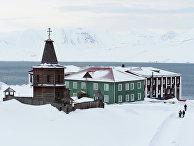Старая деревянная часовня в шахтерском городе Баренцбург на архипелаге Шпицберген