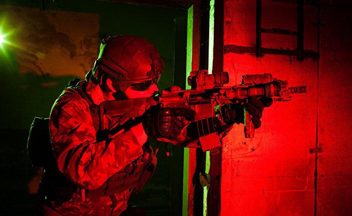Боец-наемник во время выполнения ночной миссии