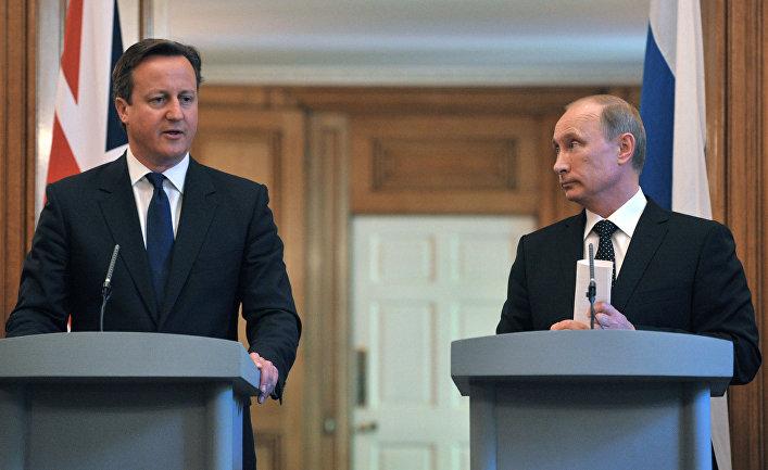 Президент России Владимир Путин (справа) и премьер-министр Великобритании Дэвид Кэмерон