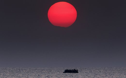 Лодка с сирийскими беженцами в Эгейском море между Турцией и Грецией