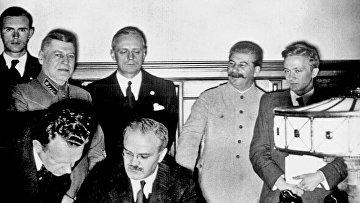 Молотов подписывает Договор о ненападении между Германией и Советским Союзом