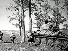 Советские солдаты во время боя на Курской дуге