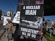 Члены движения Stand With Us выступают против предложенной Ираном ядерной сделки у здания суда в Лос-Анджелесе