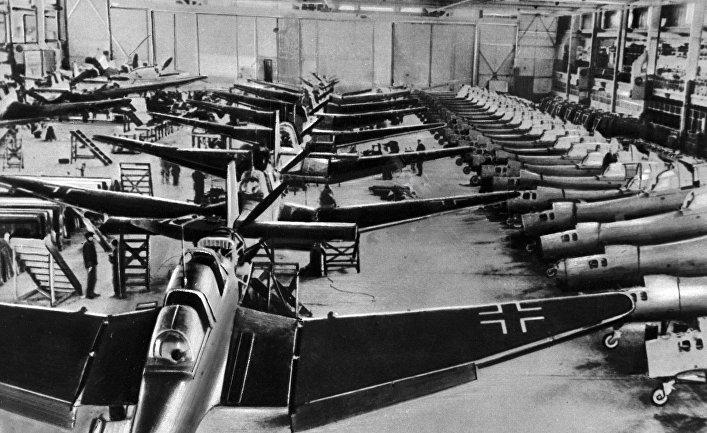 Самолеты собирают в цехе авиационного завода фашистской Германии