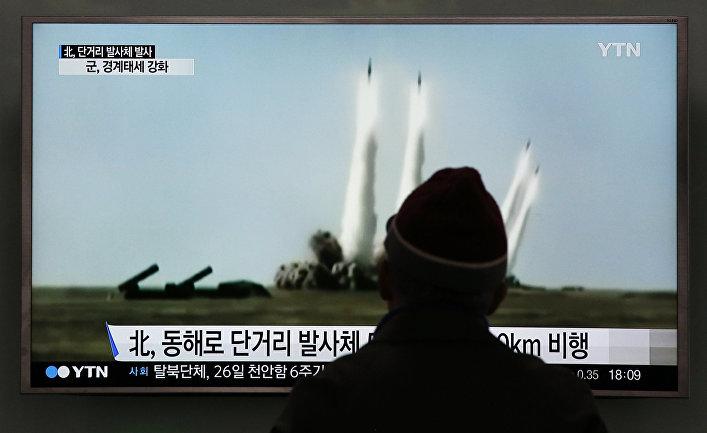 Мужчина смотрит учебный запуск ракет КНДР в сторону Японского моря. Сеул Южная Корея