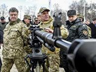 Петр Порошенко осматривает созданное на Украине оружие на военной базе под Киевом