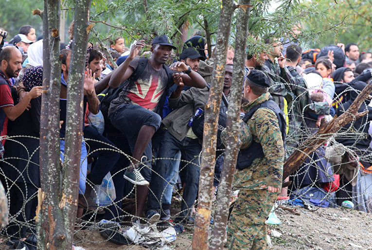 Мигранты ломают забор на границе Греции с Македонией