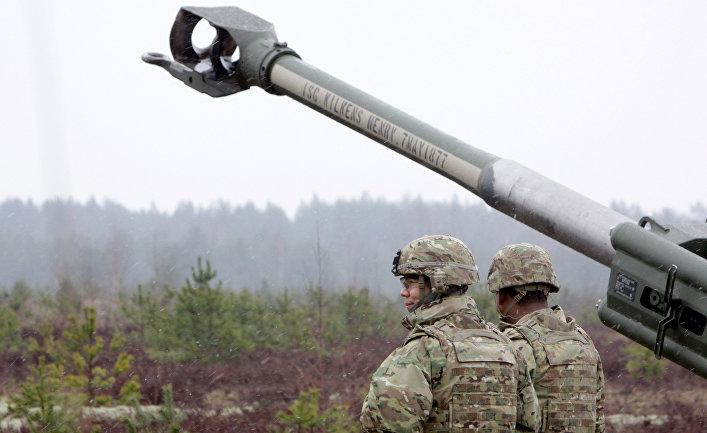 Военнослужащие блока НАТО возле гаубицы М-777 на военных учениях Operation Summer Shield на полигоне Адажи в Латвии
