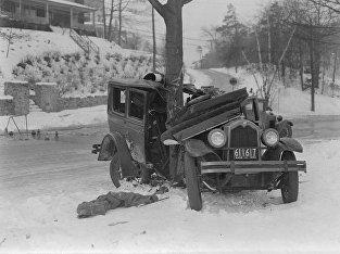 Врезавшийся в дерево автомобиль, Норумбега Парк, Оберндейл