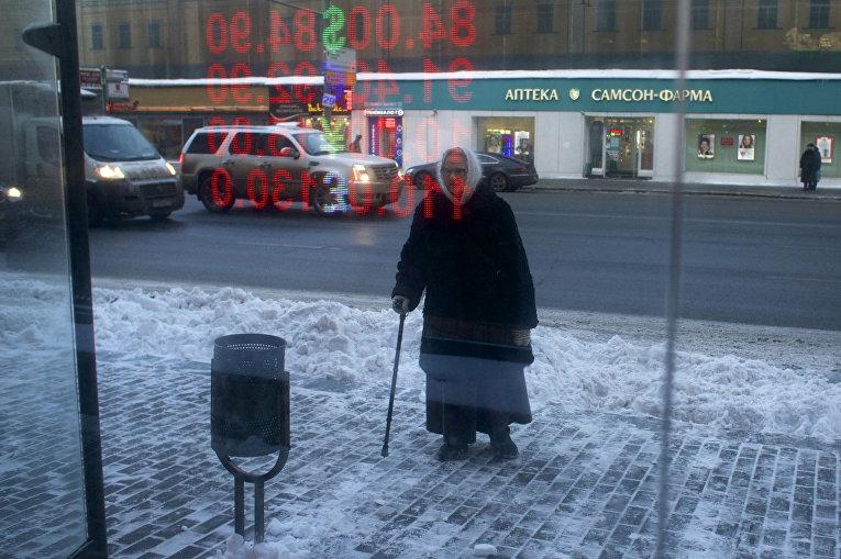 Пожилая женщина на автобусной остановке в Москве